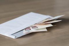 Notas euro en un sobre Fotografía de archivo libre de regalías