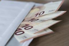 Notas euro en un sobre Imagen de archivo libre de regalías