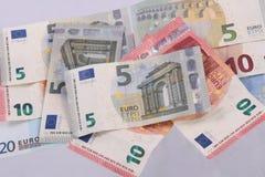 Notas euro sobre un fondo blanco llano Foto de archivo libre de regalías