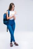 Notas femeninas sonrientes de la escritura del adolescente en cuaderno Fotografía de archivo