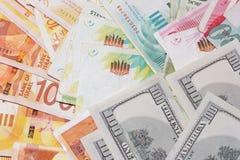 Notas israelíes del dinero y dólares americanos de fondo foto de archivo libre de regalías