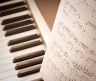 Notas musicais no compositor ou no piano Imagens de Stock Royalty Free