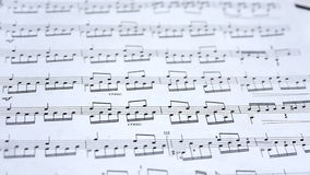 Notas musicales del fondo de la partitura almacen de video