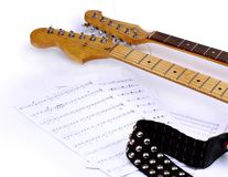 Notas musicales y guitarra Imagen de archivo libre de regalías
