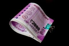 Notas novas da rupia 2000 grampeadas e isoladas no preto Imagem de Stock