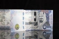 Notas novas do Riyal do saudita com fundo preto Foto de Stock