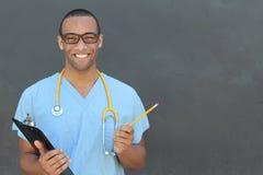 Notas pacientes de la escritura profesional médica masculina afroamericana confiada del doctor del retrato aisladas en clínica de fotografía de archivo