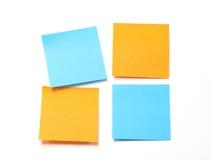 Notas pegajosas anaranjadas y azules. Foto de archivo libre de regalías