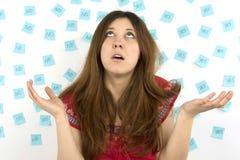 Notas pegajosas azuis da jovem mulher sim nenhumas e mãos em sua cabeça Imagens de Stock