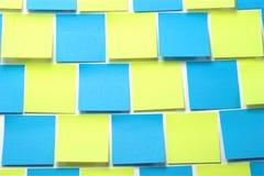Notas pegajosas azules y amarillas Fotos de archivo libres de regalías