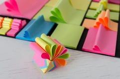 Notas pegajosas coloreadas Imagenes de archivo