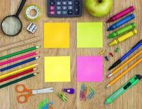 Notas pegajosas coloridas com artigos da escola Fotos de Stock