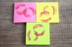 Notas pegajosas coloridas com bordos de beijo Imagem de Stock Royalty Free