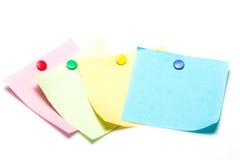 Notas pegajosas coloridas com percevejo Fotos de Stock Royalty Free