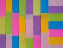 Notas pegajosas coloridas como um fundo Imagens de Stock