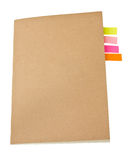 Notas pegajosas coloridas de la cubierta en blanco del cuaderno dentro. imagen de archivo