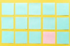 Notas pegajosas coloridas em um espa?o amarelo livre do fundo foto de stock