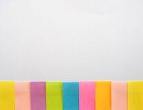 Notas pegajosas coloridas em um fundo branco com espaço do texto livre Imagem de Stock