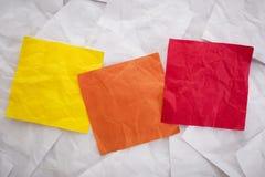 Notas pegajosas coloridas en blanco Fotografía de archivo libre de regalías