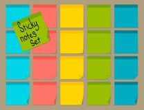 Notas pegajosas coloridas en blanco fijadas Fotografía de archivo