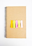 Notas pegajosas coloridas na tampa do caderno. Imagens de Stock Royalty Free