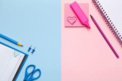 Notas pegajosas coloridas no fundo pastel Fotografia de Stock