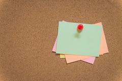 Notas pegajosas coloridas no quadro de mensagens da cortiça Fotografia de Stock Royalty Free
