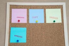 Notas pegajosas coloridas no quadro de mensagens/original/cópia/cance da cortiça Imagens de Stock