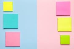 Notas pegajosas coloridas sobre fondo en colores pastel Imágenes de archivo libres de regalías