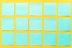 Notas pegajosas coloridas sobre un espacio amarillo libre del fondo fotografía de archivo