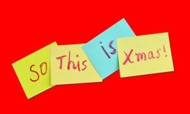 Notas pegajosas coloridos com tema do Natal sobre um fundo vermelho Foto de Stock Royalty Free
