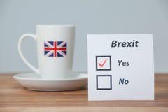Notas pegajosas con concepto del referéndum del brexit y la taza del Union Jack Imagen de archivo libre de regalías