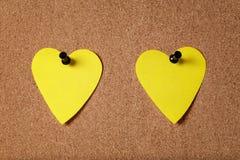 Notas pegajosas da forma do coração na placa da cortiça Fotos de Stock