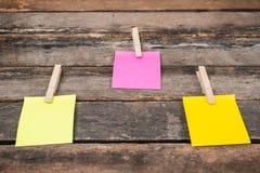 Notas pegajosas del recordatorio sobre el tablero de madera, espacio vacío para el texto Imagenes de archivo