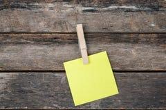 Notas pegajosas del recordatorio sobre el tablero de madera, espacio vacío para el texto Foto de archivo