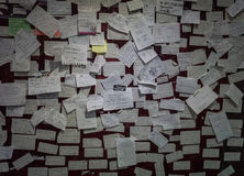 Notas pegajosas desarrumado em um museu recolhido foto Pekalongan Indonésia do Batik da parede imagens de stock royalty free