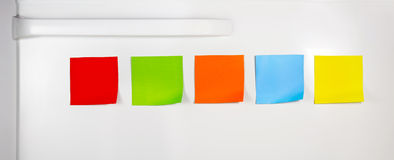 Notas pegajosas em branco coloridas no refrigerador fotos de stock royalty free