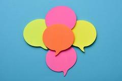 Notas pegajosas en la forma de los globos de discurso Fotos de archivo