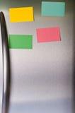 Notas pegajosas na porta do refrigerador Foto de Stock