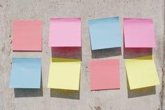 Notas pegajosas sobre el muro de cemento Foto de archivo