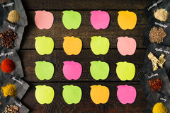 Notas pegajosas sobre la tabla de madera vieja Endecha plana Concepto de Reciepe imagen de archivo libre de regalías
