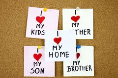 notas pegajosas sobre no fundo da placa da cortiça com amor do wordsI minhas crianças eu amo minha mãe, irmão, filho Foto de Stock Royalty Free