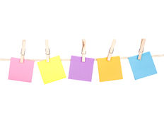 Notas pegajosas sobre una línea de ropa Imagen de archivo libre de regalías