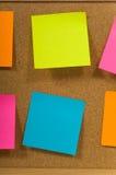 Notas pegajosas sobre una tarjeta Imagenes de archivo