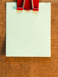 Notas pegajosas sobre viejo fondo de papel Imagen de archivo