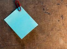 Notas pegajosas sobre viejo fondo de papel Fotos de archivo