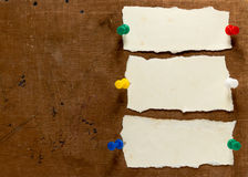Notas pegajosas sobre viejo fondo de papel Imagenes de archivo