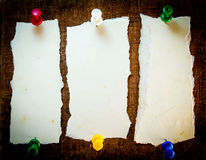 Notas pegajosas sobre viejo fondo de papel Fotografía de archivo libre de regalías
