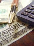 Notas, pena e calculadora do dinheiro dos E.U. Dolar Foto de Stock Royalty Free