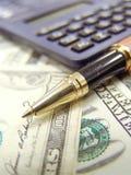 Notas, pena e calculadora do dinheiro dos E.U. Dolar Imagem de Stock Royalty Free
